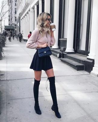 Cómo combinar: jersey de ochos de punto rosado, falda skater negra, botas sobre la rodilla de ante negras, bolso bandolera de cuero acolchado negro