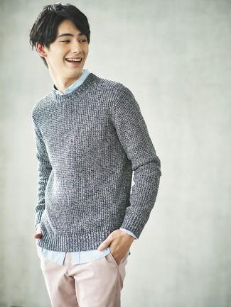 Cómo combinar: jersey de ochos gris, camisa de manga larga celeste, pantalón chino rosado