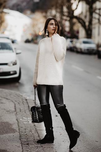 Cómo combinar: jersey de ochos blanco, leggings de cuero negros, botas sobre la rodilla de ante negras, bolso bandolera de cuero acolchado negro