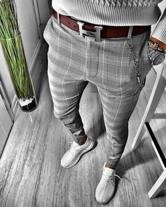 Cómo combinar: jersey de ochos gris, pantalón chino de tartán gris, deportivas grises, correa de cuero burdeos