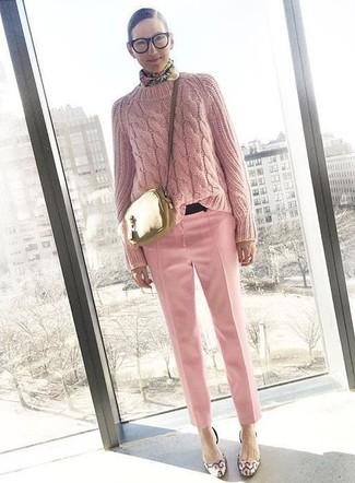 Cómo combinar: jersey de ochos rosado, pantalón de vestir rosado, zapatos de tacón de cuero rosados, bolso bandolera de cuero dorado