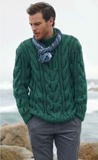 Cómo combinar: jersey de ochos verde oscuro, pantalón chino gris, bufanda azul