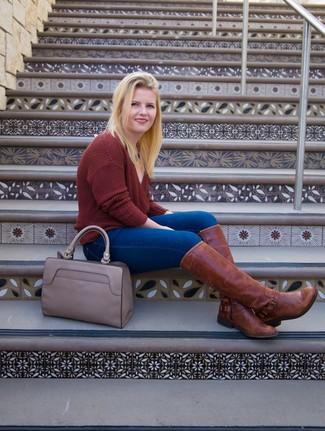 Cómo combinar: jersey de pico burdeos, vaqueros pitillo azules, botas de caña alta de cuero marrónes, bolsa tote de cuero gris