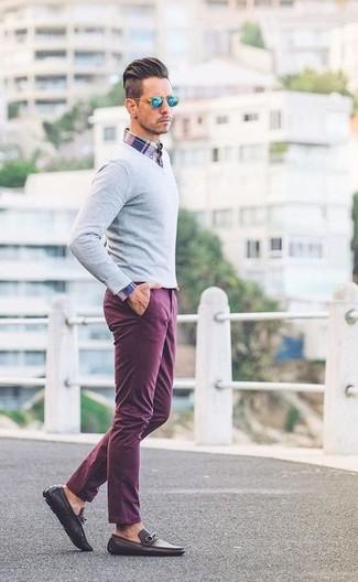 Cómo combinar: jersey de pico gris, camisa de manga larga de tartán en blanco y rojo y azul marino, pantalón chino morado, mocasín de cuero en marrón oscuro