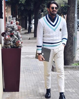 Cómo combinar: jersey de pico en zig zag blanco, camisa de manga larga de cambray azul, pantalón chino blanco, zapatos derby de cuero negros