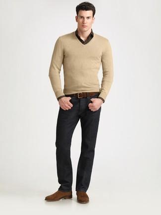 Cómo combinar: jersey de pico marrón claro, camisa de manga larga a cuadros en marrón oscuro, vaqueros negros, botines chelsea de ante marrónes