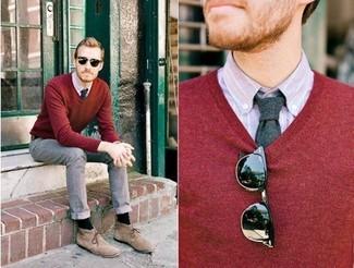 Cómo combinar: jersey de pico burdeos, camisa de manga larga de rayas verticales violeta claro, vaqueros grises, botas safari de ante marrón claro