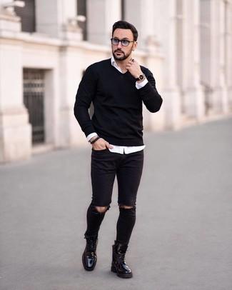 Cómo combinar: jersey de pico negro, camisa de manga larga blanca, vaqueros pitillo desgastados negros, botas casual de cuero negras