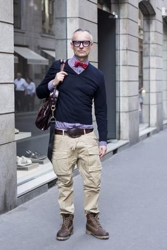 Cómo combinar: jersey de pico negro, camisa de vestir de cuadro vichy en violeta, pantalón cargo en beige, botas casual de cuero en marrón oscuro