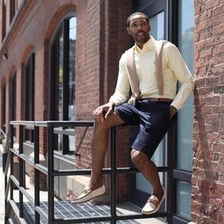 Cómo combinar: jersey de pico marrón claro, camisa de vestir amarilla, pantalones cortos azul marino, mocasín de cuero en beige