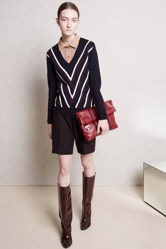 Cómo combinar: jersey de pico en zig zag azul marino, camisa polo marrón claro, pantalones cortos de lana burdeos, botas de caña alta de cuero burdeos