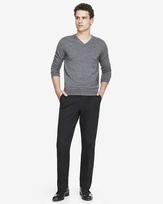 Cómo combinar: jersey de pico gris, pantalón de vestir negro, botas safari de cuero negras