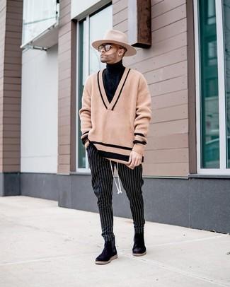 Cómo combinar: jersey de pico marrón claro, jersey de cuello alto negro, pantalón chino de rayas verticales en negro y blanco, botines chelsea de ante negros