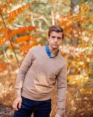 Cómo combinar: jersey de pico marrón claro, camisa de manga larga azul, vaqueros azul marino