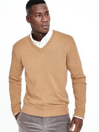Cómo combinar: jersey de pico marrón claro, camisa de manga larga blanca, vaqueros de pana grises