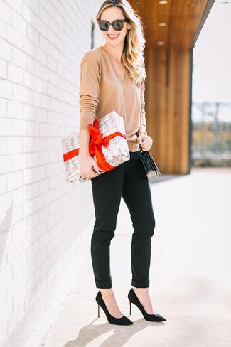 Look de moda: Jersey de pico marrón claro, Pantalones pitillo negros, Zapatos de tacón de ante negros, Bolso bandolera de cuero negro