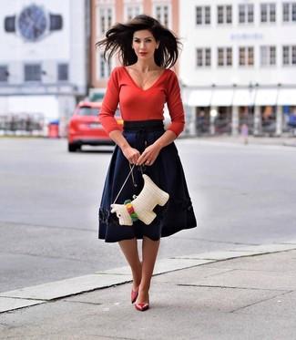 Cómo combinar: jersey de pico rojo, falda campana azul marino, zapatos de tacón de cuero rojos, bolso bandolera de paja blanco