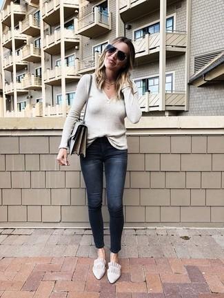 Cómo combinar: jersey de pico en beige, vaqueros pitillo desgastados negros, mocasín de ante en beige, bolso bandolera de cuero gris