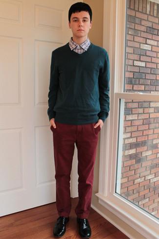 Cómo combinar: jersey de pico verde oscuro, camisa de manga larga a cuadros celeste, pantalón chino burdeos, zapatos derby de cuero negros
