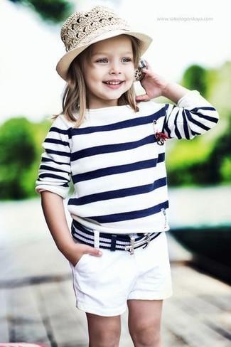 Cómo combinar: jersey de rayas horizontales en blanco y azul marino, pantalones cortos blancos, sombrero en beige
