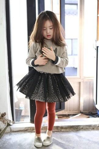 Cómo combinar: jersey estampado en beige, falda de tul gris, mocasín grises, medias rojas