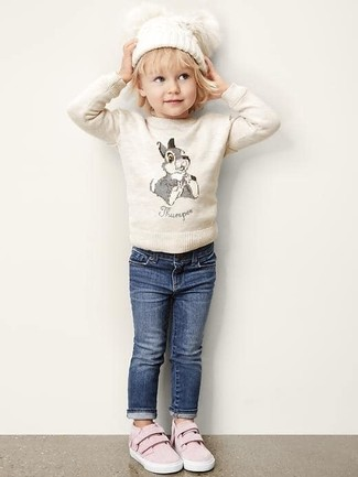 Cómo combinar: jersey en beige, vaqueros azul marino, zapatillas rosadas, gorro blanco