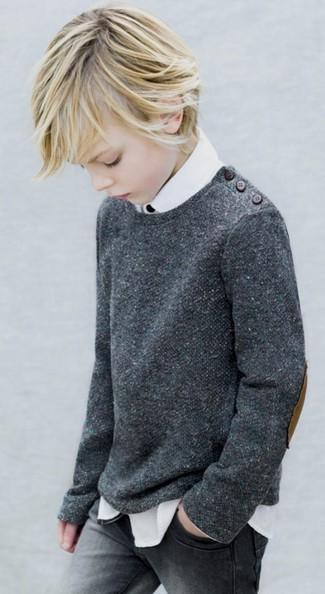 Cómo combinar: jersey en gris oscuro, camisa de manga larga blanca, vaqueros grises