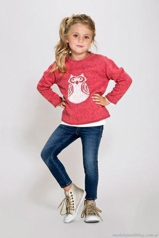 Cómo combinar: jersey estampado rosa, vaqueros azul marino, zapatillas doradas