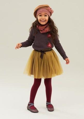 Cómo combinar: jersey en marrón oscuro, falda de tul amarilla, bailarinas en marrón oscuro, boina mostaza