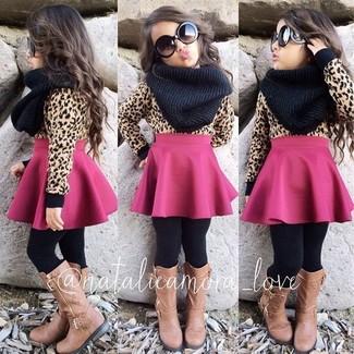 Cómo combinar: jersey marrón claro, falda rosa, botas marrón claro, bufanda negra