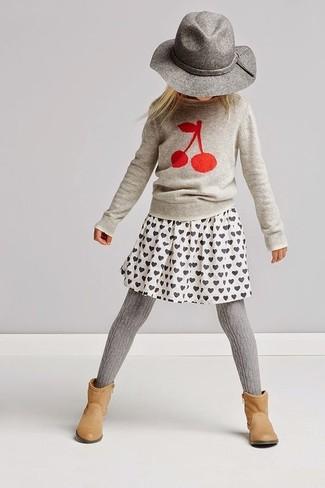 Cómo combinar: jersey estampado gris, falda estampada blanca, botas marrón claro, sombrero gris