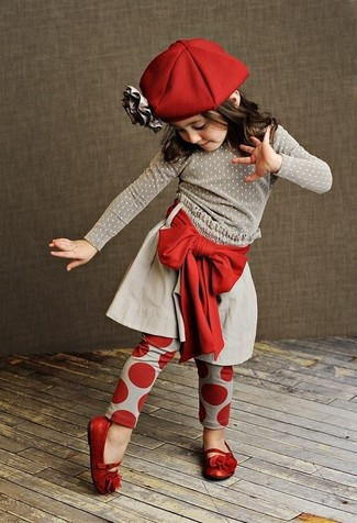 Cómo combinar: jersey gris, falda gris, leggings rojos, bailarinas rojas