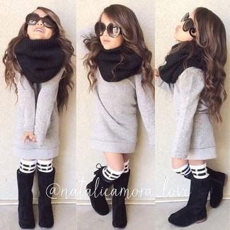 Cómo combinar: jersey gris, botas negras, bufanda negra, calcetines de rayas horizontales en blanco y negro