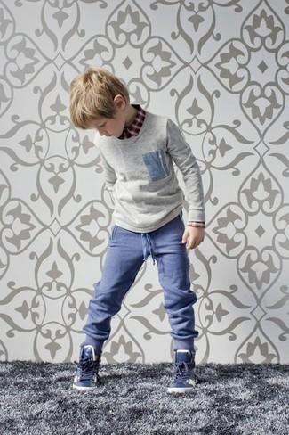 Cómo combinar: jersey gris, camisa de manga larga roja, pantalones azules, zapatillas azul marino