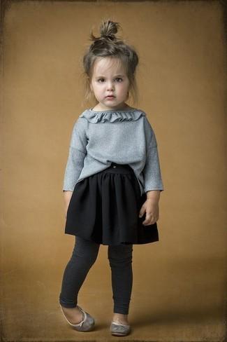 Cómo combinar: jersey gris, falda negra, leggings en gris oscuro, bailarinas grises