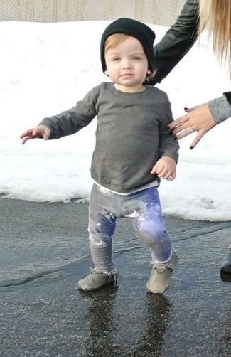 Cómo combinar: jersey gris, pantalón de chándal gris, botas grises, gorro negro