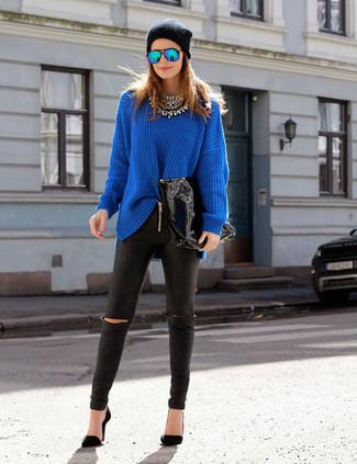 Cómo combinar: jersey oversized azul, leggings de cuero negros, zapatos de tacón negros, gorro negro