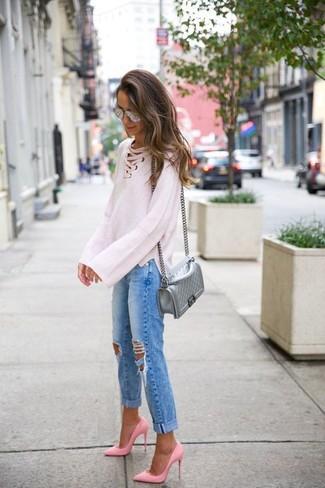 Cómo combinar: jersey oversized de punto blanco, vaqueros boyfriend desgastados azules, zapatos de tacón de cuero rosados, bolso bandolera de cuero acolchado plateado