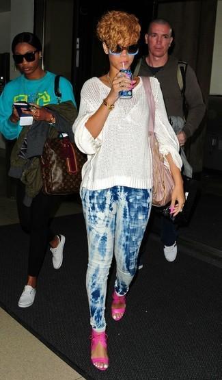 Look de Rihanna: Jersey oversized de punto blanco, Vaqueros pitillo efecto teñido anudado celestes, Sandalias de tacón de cuero rosa, Bolsa tote de lona rosada