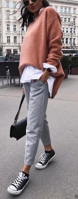 Cómo combinar: jersey oversized marrón claro, blusa de botones blanca, pantalones pitillo de rayas verticales grises, tenis de lona en negro y blanco