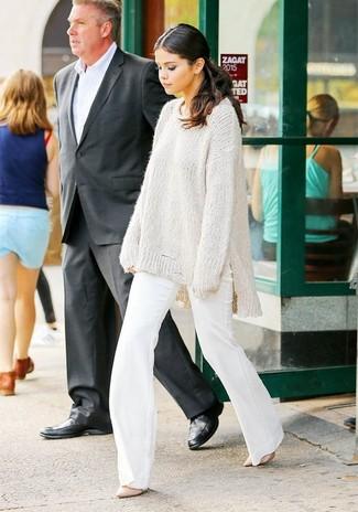 Cómo combinar: jersey oversized de punto blanco, pantalón de campana blanco, zapatos de tacón de cuero rosados