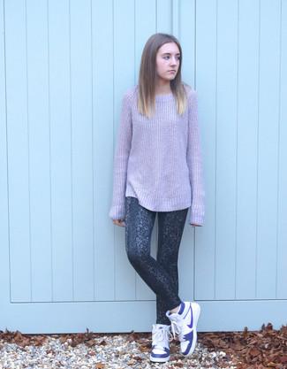 Cómo combinar: jersey oversized de punto violeta claro, leggings de leopardo en gris oscuro, zapatillas altas de cuero blancas