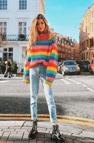 Cómo combinar: jersey oversized de rayas horizontales en multicolor, vaqueros boyfriend celestes, botas planas con cordones de cuero negras