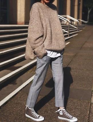 Cómo combinar: jersey oversized en beige, camiseta con cuello circular blanca, pantalón de vestir gris, zapatillas altas marrónes
