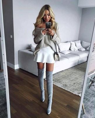 Cómo combinar: jersey oversized en beige, falda skater blanca, botas sobre la rodilla de ante grises, bolso bandolera de cuero blanco