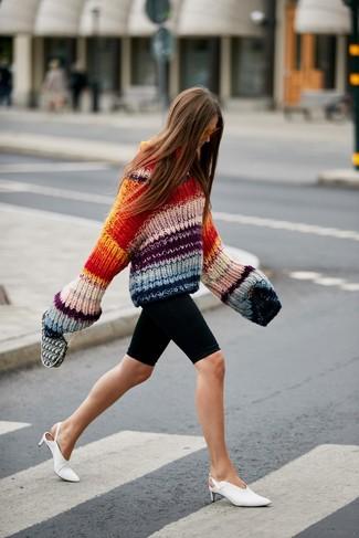 Cómo combinar: jersey oversized de punto en multicolor, mallas ciclistas negras, chinelas de cuero blancas, gafas de sol naranjas
