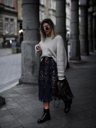 Cómo combinar: jersey oversized gris, falda midi de encaje negra, botas planas con cordones de cuero negras, mochila de cuero estampada negra