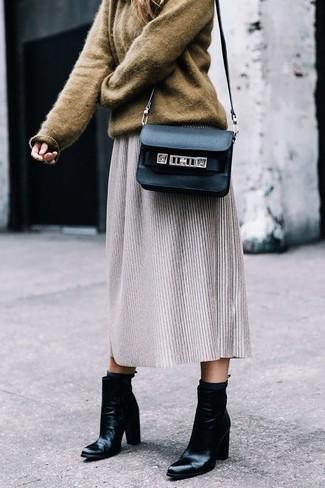 Cómo combinar: jersey oversized marrón, falda midi de lana gris, botines de cuero negros, bolso bandolera de cuero negro