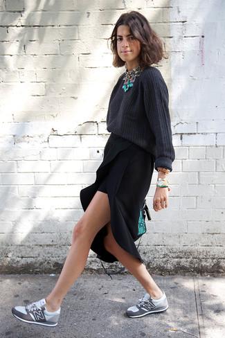 Cómo combinar: jersey oversized en gris oscuro, falda midi con recorte negra, deportivas grises, bolso de hombre de cuero en verde menta