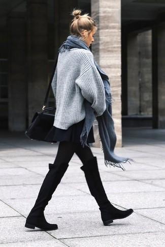 Cómo combinar: jersey oversized de punto gris, falda skater negra, botas sobre la rodilla de ante negras, bolso bandolera de cuero negro